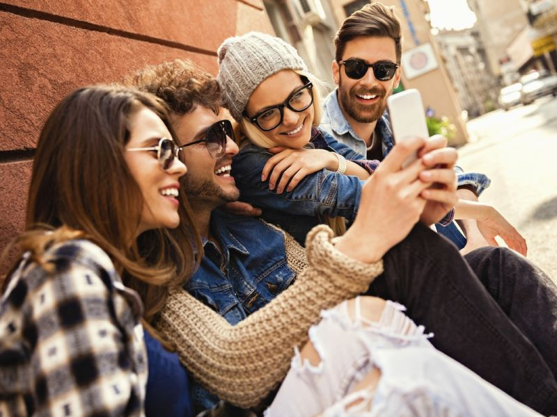 friends-smartphone-street-city-urban-young-people